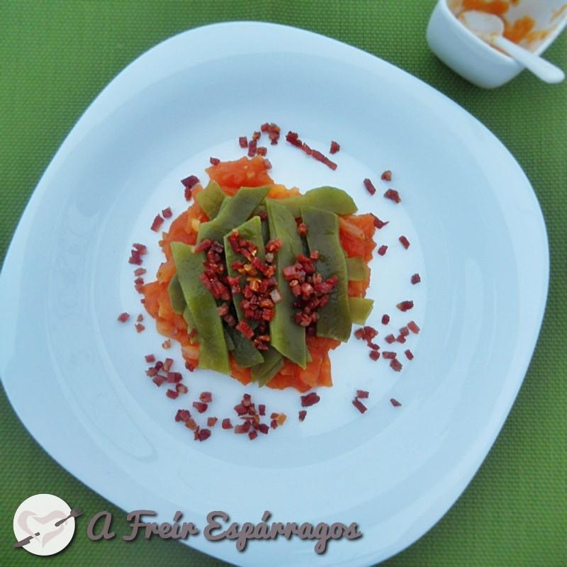 Judías verdes con salsa de tomate y jamón