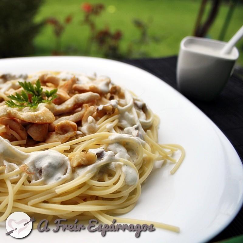 Espaguetis con pollo, nueces y salsa roquefort