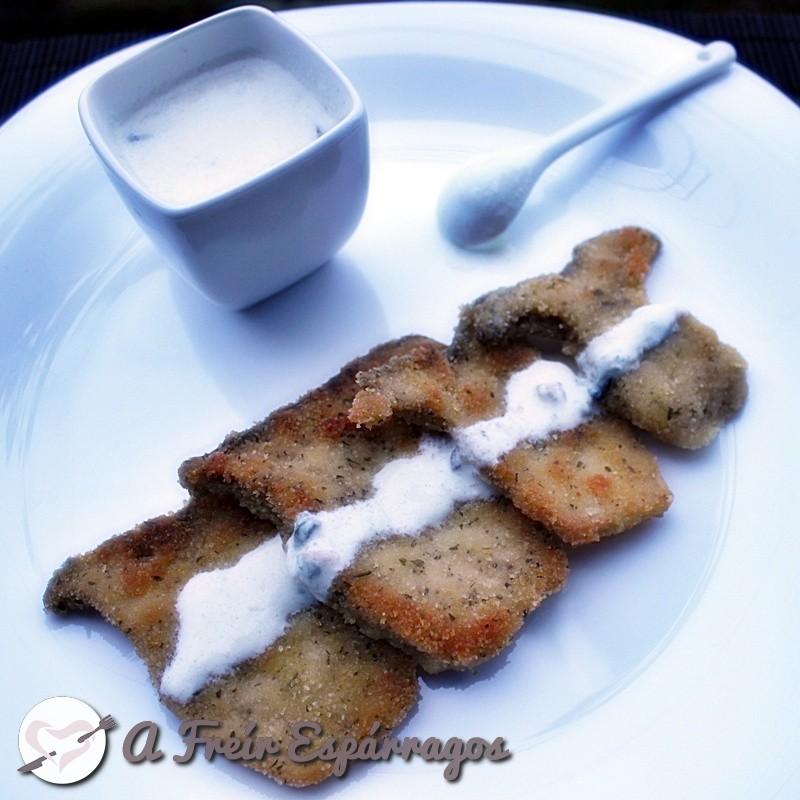 Setas de cardo empanadas con salsa de queso azul
