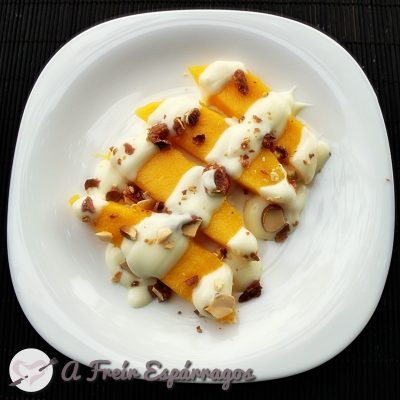 Mango con yogur al chocolate blanco