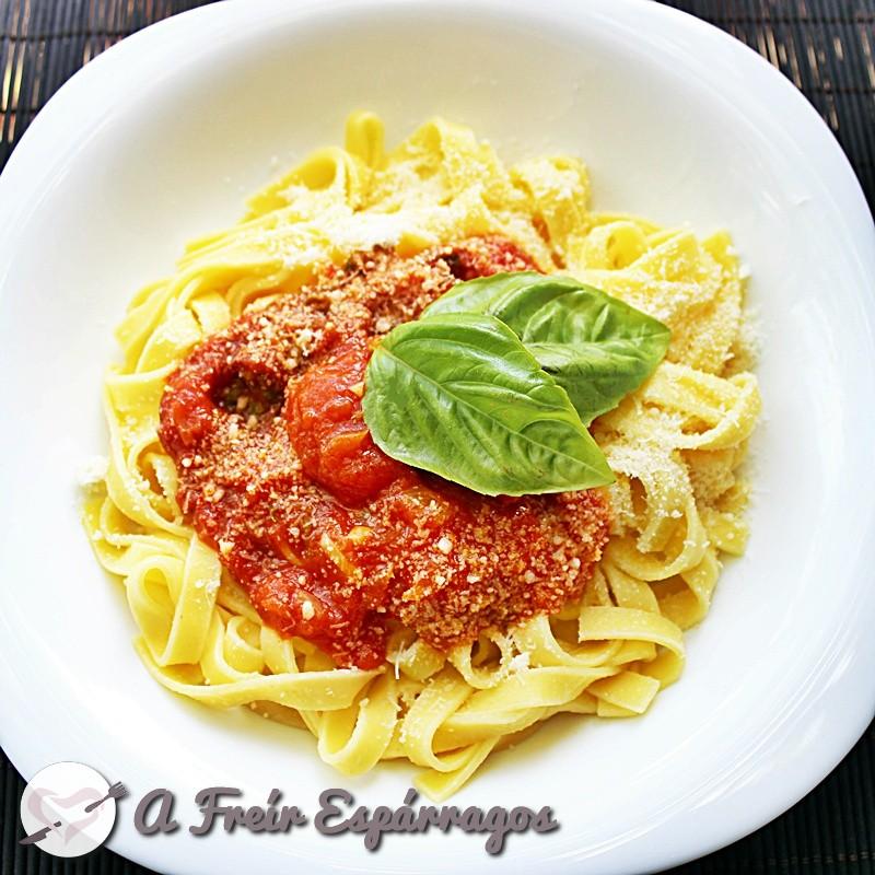Tallarines con tomate y albahaca