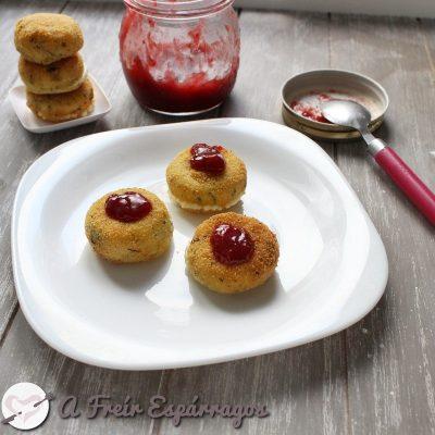 Mini Babybel frito con mermelada de fresa