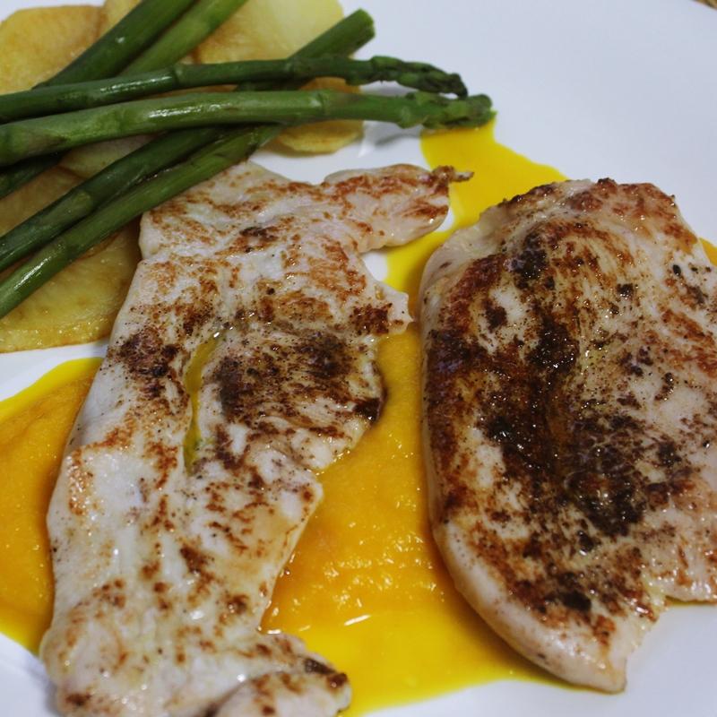 Pollo a la plancha con salsa de zanahoria