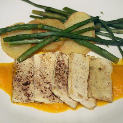 Tofu a la plancha con salsa de zanahoria