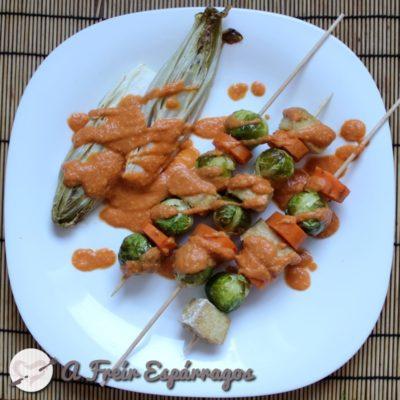 Brochetas de tofu con romescu